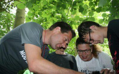 Familie tijdens outdoor uitje met groep in Almere
