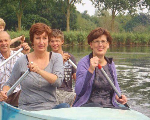 groep vaart met kano tijdens familie uitje