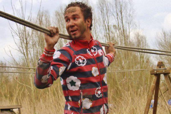 Man op touwbrug tijdens outdoor familie uitje