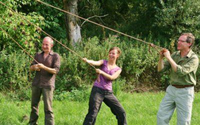 familie op grasveld tijdens actief groepsuitje in de natuur