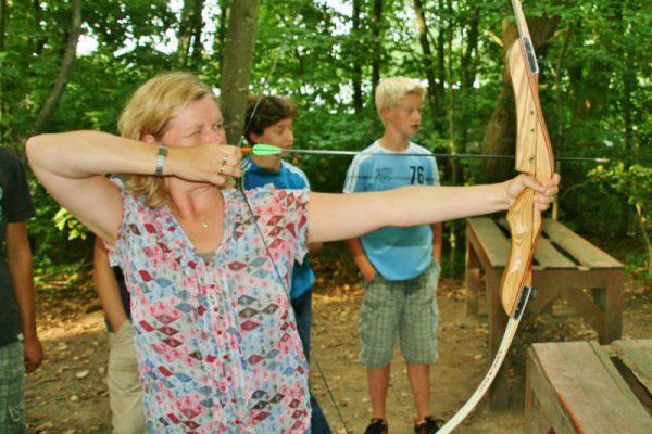 Gezin boogschieten tijdens familie uitje in Almere