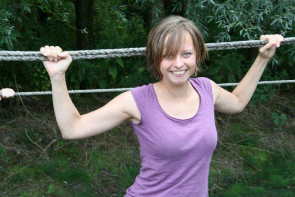 vrouw op touwbrug tijdens actief dagje uit