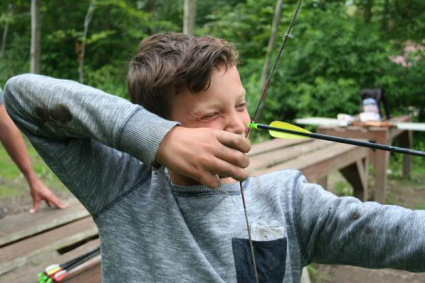 jongen bezig met boogschieten