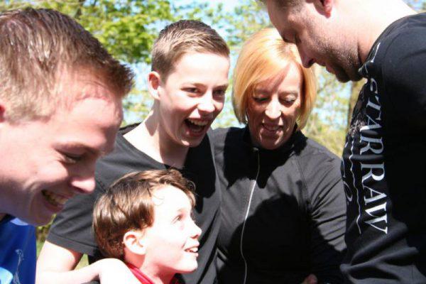 gezin lacht tijdens survival in Almere