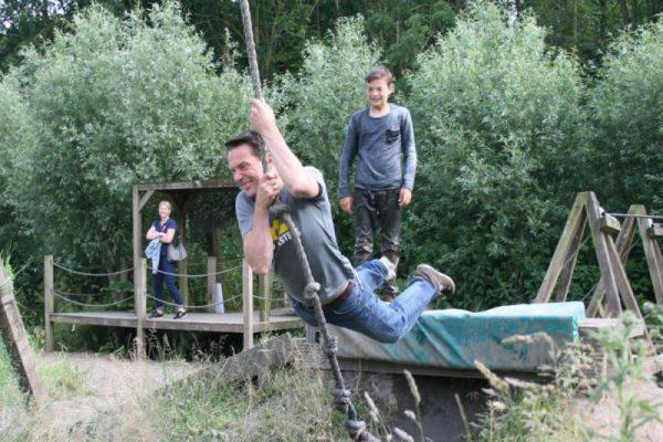 gezin bij waterswing tijdens actief uitje