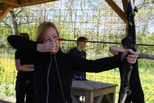vrouw bezig met boogschieten in Almere