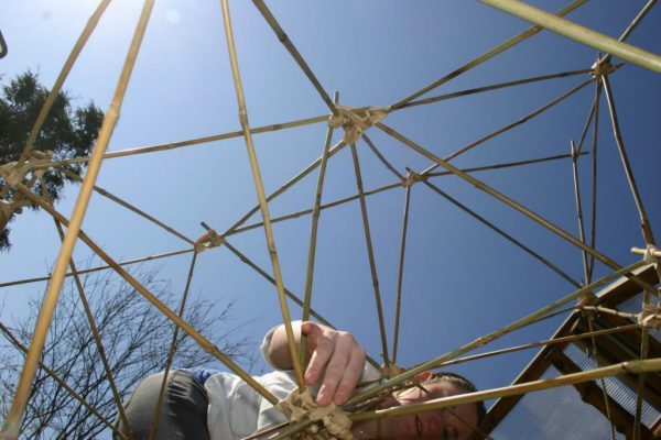 teambuilding met bamboe een piramide bouwen