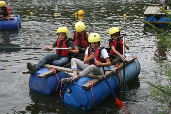 leerlingen bezig met vlotvaren tijdens schoolreisje in Almere