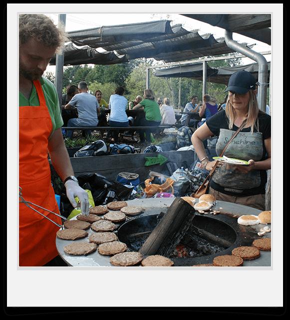 barbecue met kok op terras