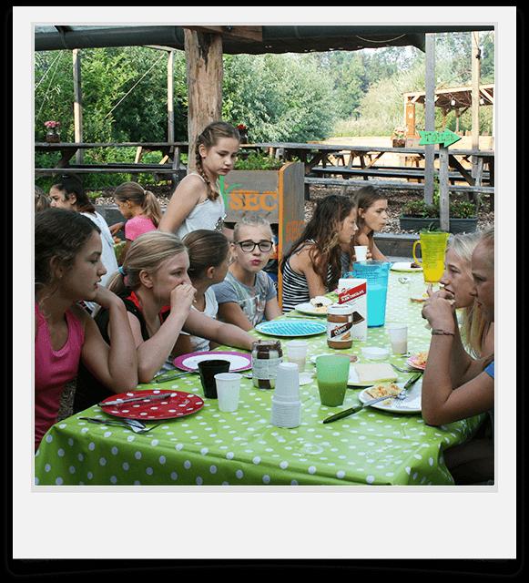 kinderfeestje met eten en drinken op terras