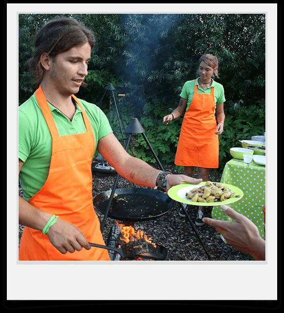 Eten wordt bereid boven kampvuur