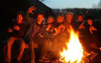 Kampvuur met kinderen tijdens sportief survival kinderfeestje in Almere