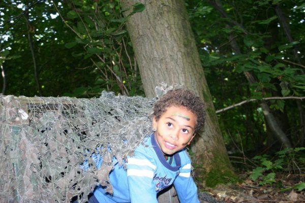 jongen kruipt uit tunnel bij kinderfeestje