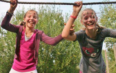 Meisjes op junglebrug tijdens kinderfeestje in Almere