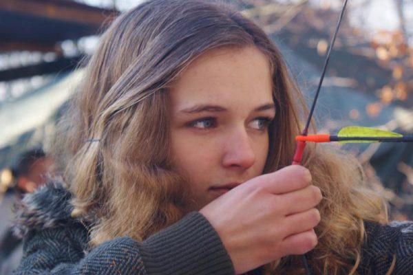 Meisje boogschieten tijdens kinderfeestje Almere