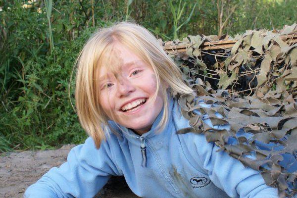 Meisje kruipt in camotunnel tijdens actief vakanitie uitje in Almere