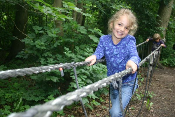 jarig meisje tijdens kinderfeestje in de natuur