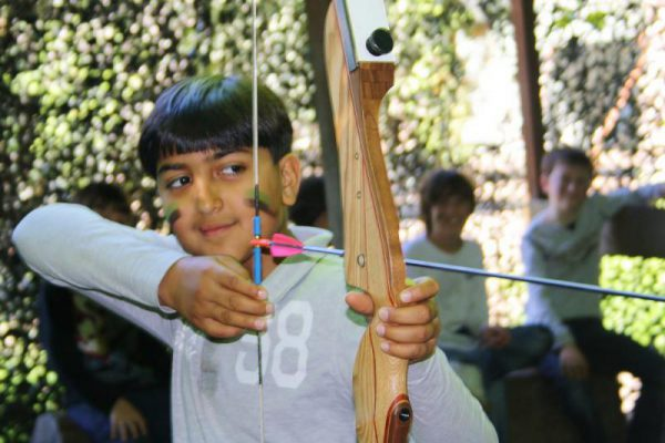 Jongen boogschieten tijdens kinderfeestje in Almere