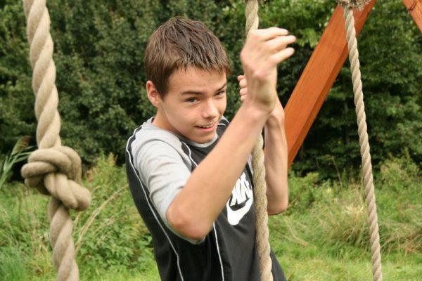 jongen aan tarzanswing