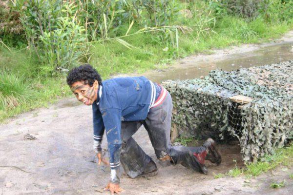 Jongen tijdens survival vakantie activiteit in Almere