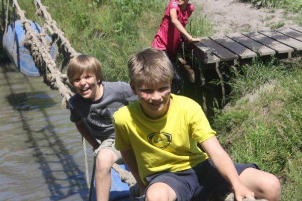 Jongens op de junglebrug tijdens vakantie uitje in Almere