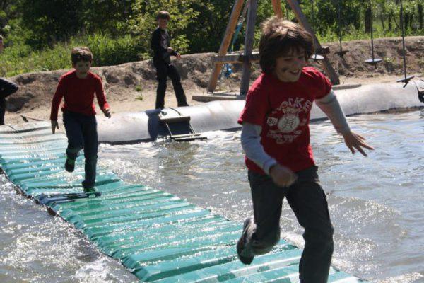 jongens lopen over het water in vakantie-uitje