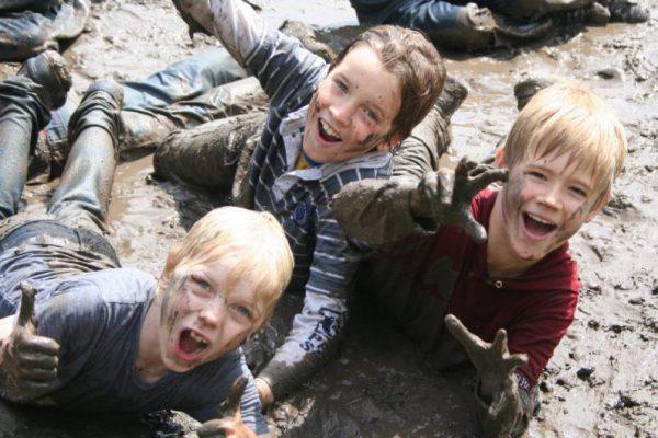 kinderen in de modder tijdens vakantie uitje in Almere