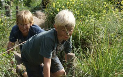 kinderen in de natuur, tijdens actief kinderfeestje buiten in de natuur