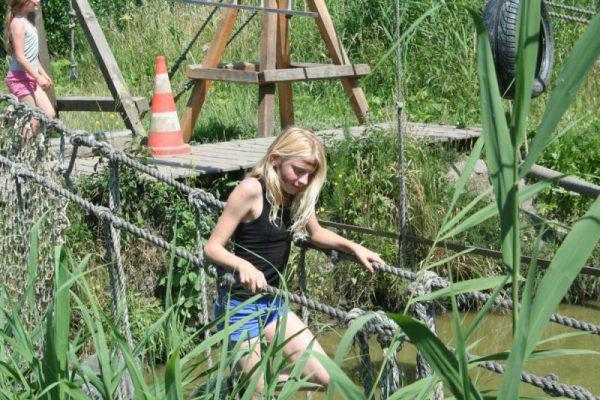 meisje op junglebrug tijdens uitje Almere