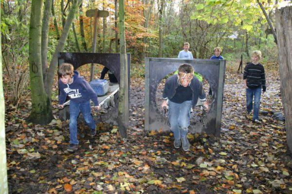 kinderen in bos tijdens kinderfeestje Almere