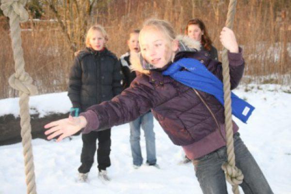 Kinderen in de sneeuw tijdens uitje Almere