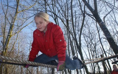 Meisje survivallen tijdens een actief kinderfeestje buiten