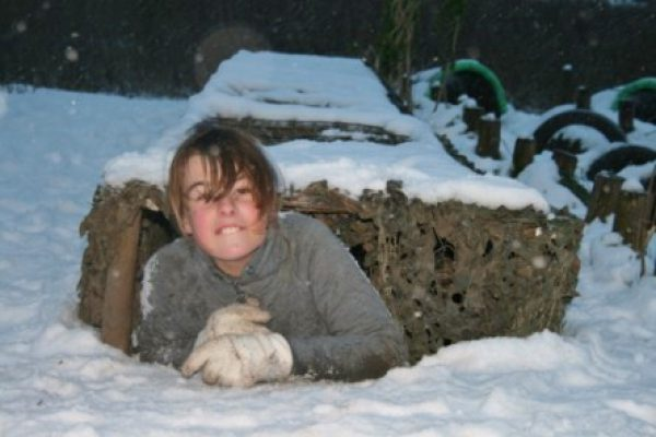 Camotunnel in de sneeuw bij kinderuitje in Almere