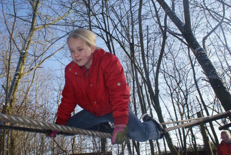 Meisje op touwparcours tijdens Survival partijtje