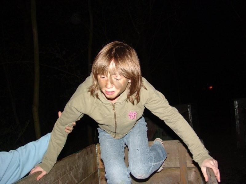 meisje doet mee aan avondsurvival in bos