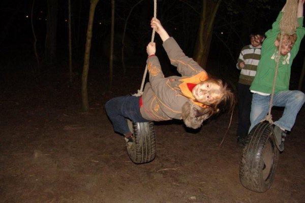 meisje aan schommel in kinderfeestje Almere