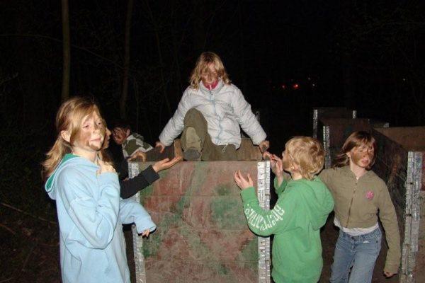 meisjes in kinderfeestje in de avond