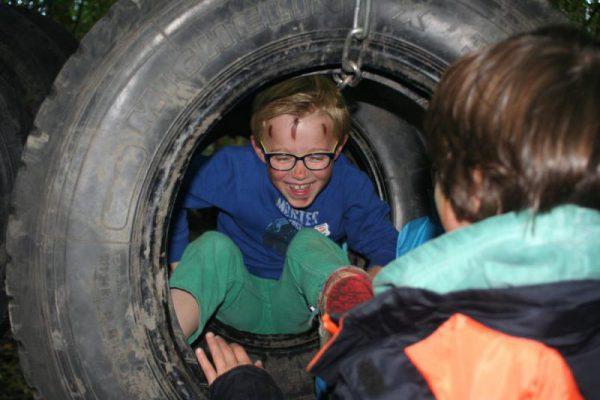 jongen heeft plezier tijdens survival kinderfeestje