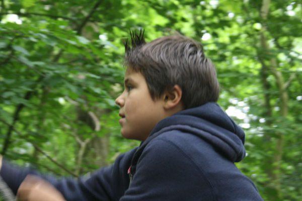 jongen in de natuur tijdens kinderpartijtje