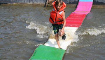 jongen op het water tijdens kinderfeestje in Almer