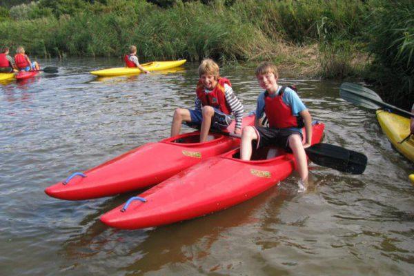 jongens in kano tijdens watersport uitje
