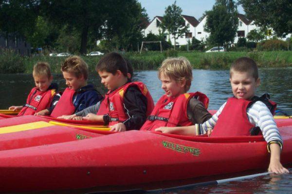 kinderen in kano's in Almere