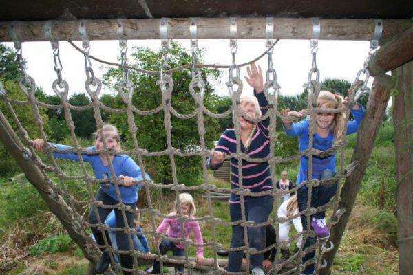 kinderen klimmen in touwnet in Almere
