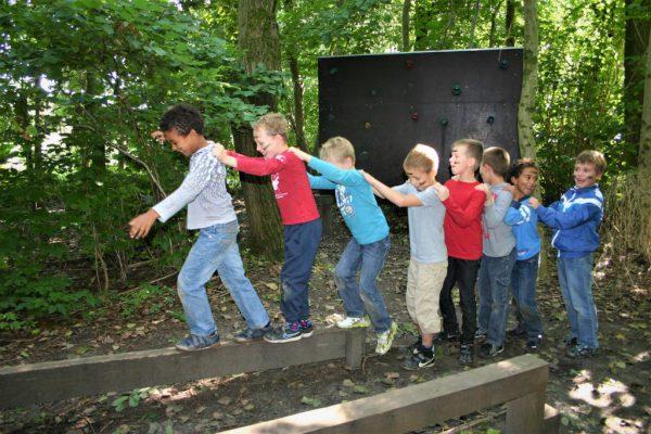 kinderen in polonaise op evenwichtsbalk
