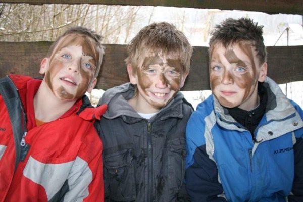 jongens op bankje bij wintersurvival