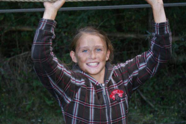meisje op touwbrug tijdens kinderfeestje in Almere