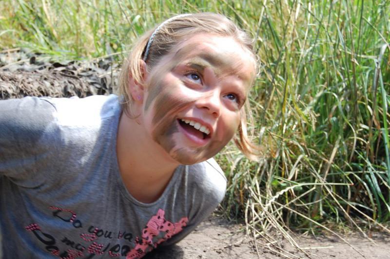 meisje kruipt tijdens expeditie