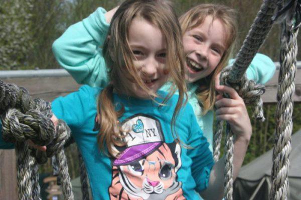 meisjes op touwbrug tijdens vakantieuitje