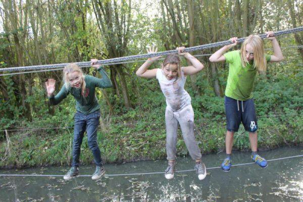 kinderen op junglebrug tijdens vakantie-uitje