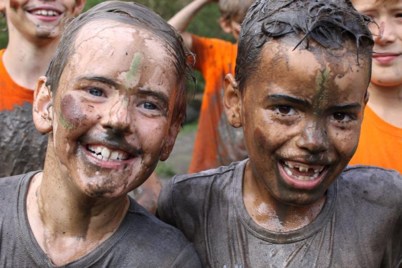 kinderen lachen na modderbad
